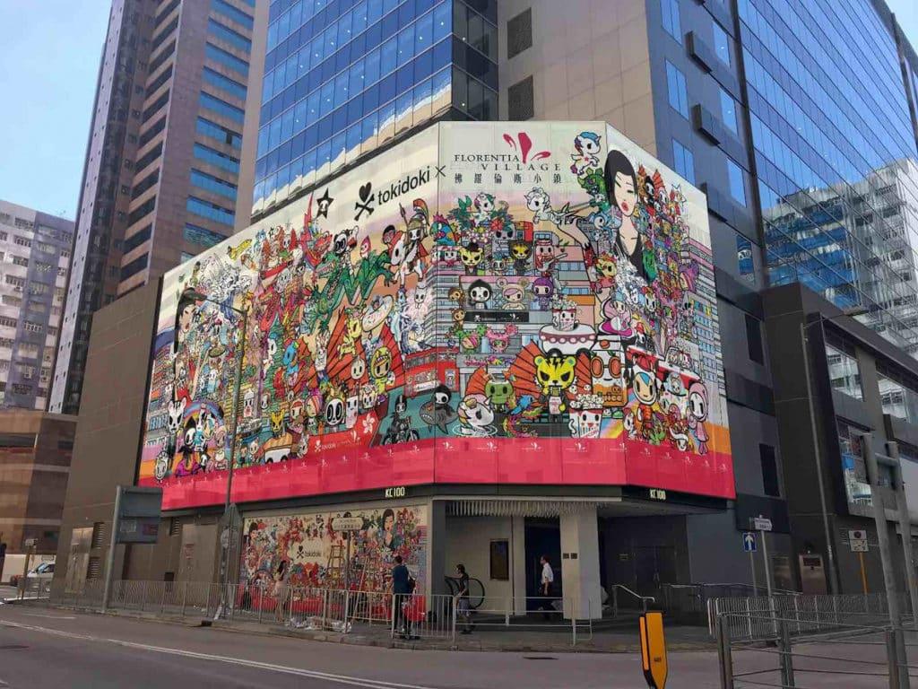 《Fashion Playground》tokidoki x 佛羅倫斯小鎮 商場的 30 米闊玻璃外牆上,會展出 Simone 為是次展覽創作的畫作。