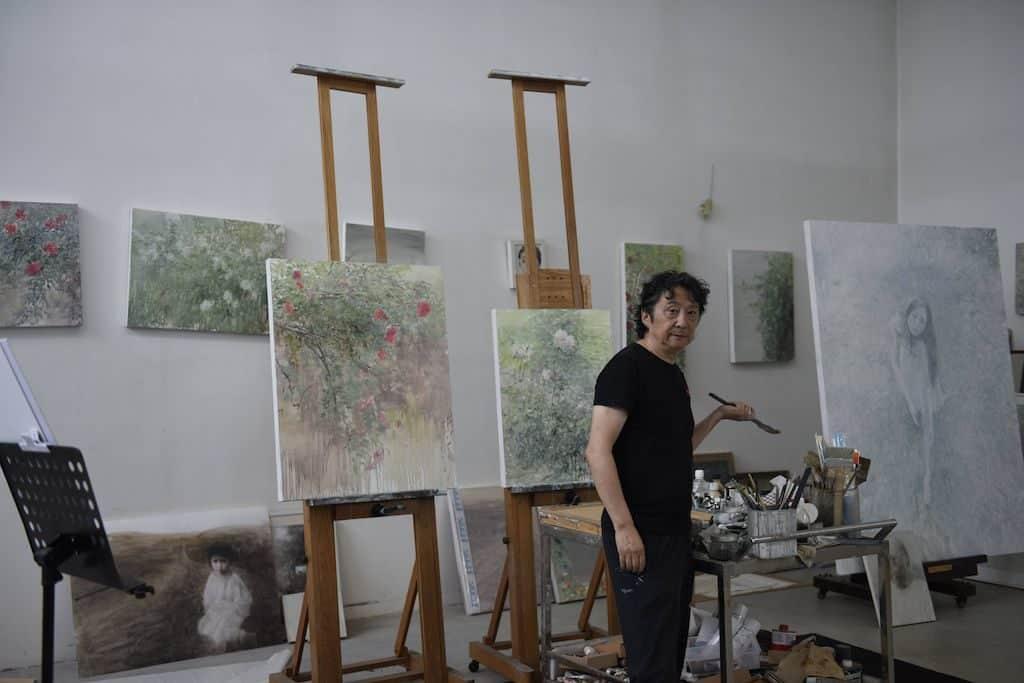 何多苓以其詩意唯美、優雅感傷、神秘莫測的藝術特質,成為中國當代抒情現實主義油畫畫家及「傷痕藝術」的代表。