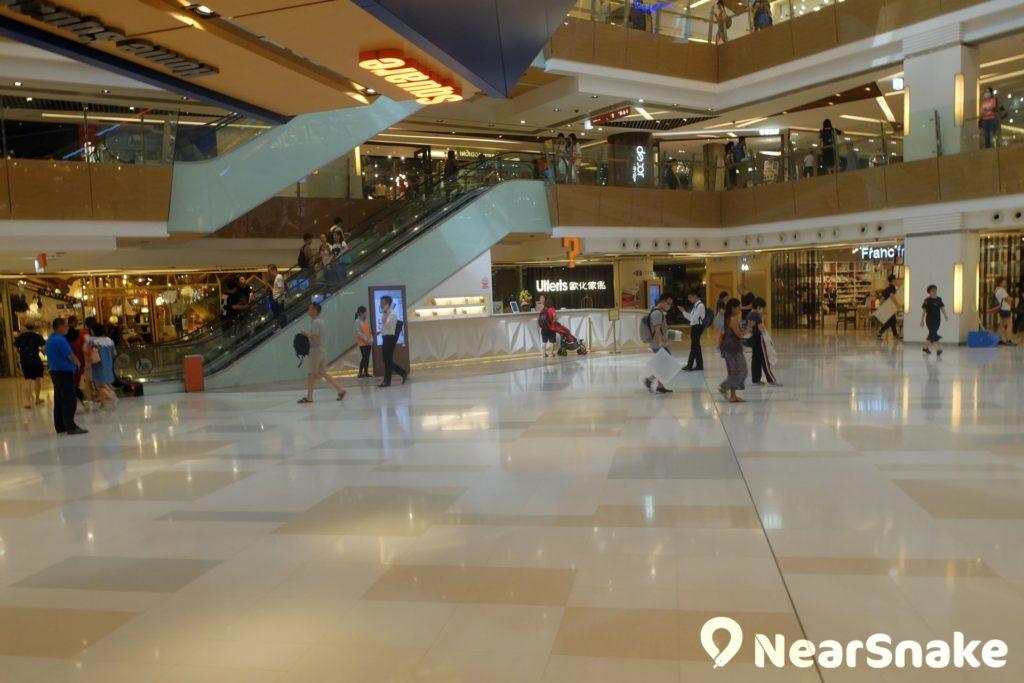 HomeSquare 商場中庭整體格局以淺啡色為主,切合家品概念。