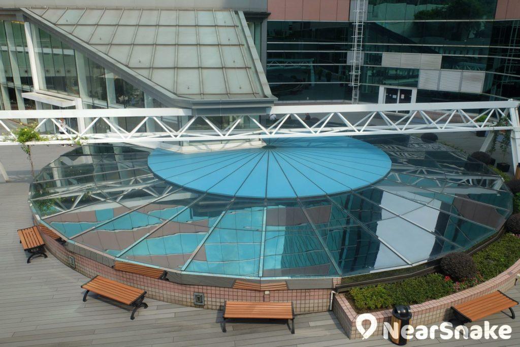 HomeSquare 四樓平台建有玻璃天幕,並設有一個休閒公園。