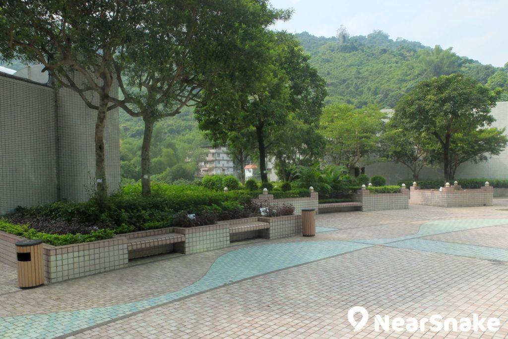 HomeSquare 平台公園綠化部分頗多,很適合跟朋友坐在這裡談天說地。