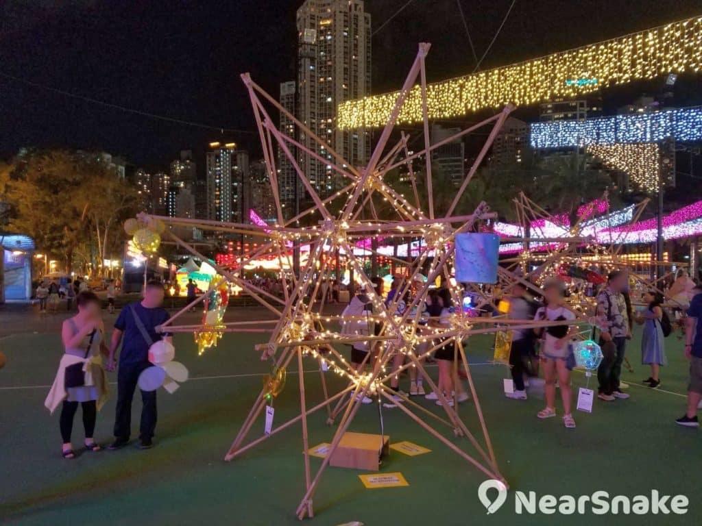 維園中秋綵燈會2018現場擺放了多組 由竹紮成的十二面星體《仙后座》,竹星上掛滿香港學生創作的星空綵燈。