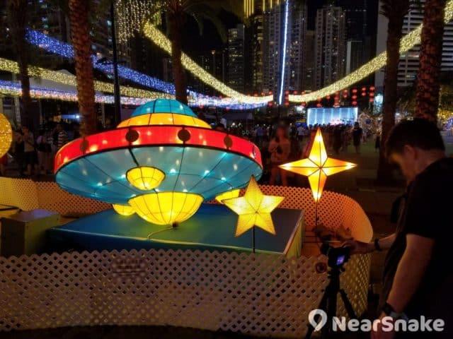 維園中秋綵燈會 2018 以「星空明月銀河夜」為主題,會場內遍布以星體或太空船為造型設計的花燈。