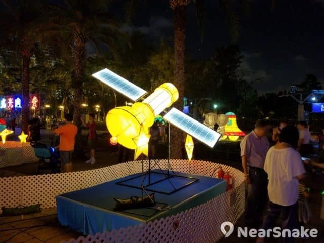 人造衛星也空降到維園中秋綵燈會 2018 現場。