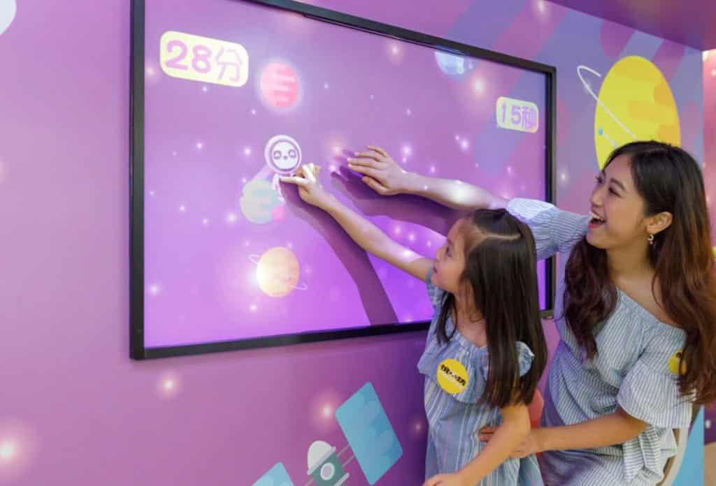 荃灣悅來坊:星際光感奇遇記 「漫遊星際之旅」光感互動裝置,以光影投射技術打造星際奇遇遊戲。