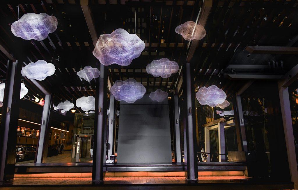 灣仔星街小區的街頭巷尾均掛上星雲狀的中秋藝術裝置,讓你遊走於發光圓月與白雲燈籠之中。