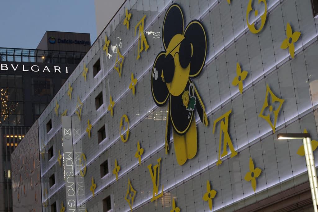 中環高古軒畫廊:「改變規則!」村上隆個展 村上隆曾在東京銀座的百貨公司外牆創作LV主題的藝術品。