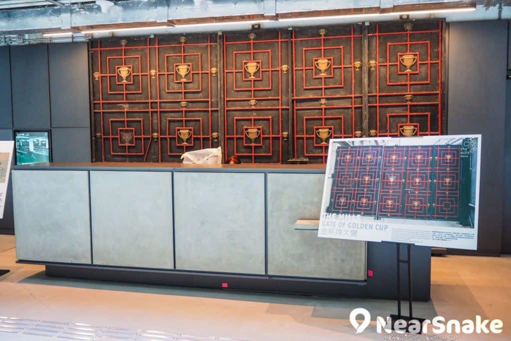 「金杯牌大閘」本身為四廠的大閘,現已設於詢門處背後,保留紗廠的特色。