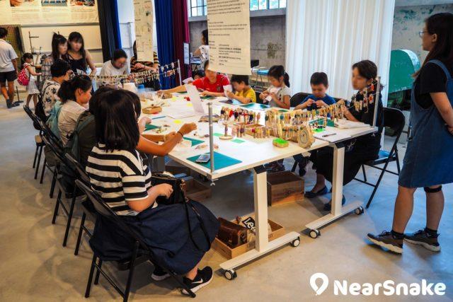 六廠紡織文化藝術館內的「刺繡花園」工作坊會提供針線,大家能夠以自助形式,使用縫紉工具創作。