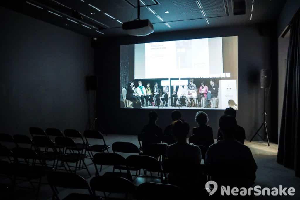 CHAT 六廠展廳二嚴格來說是放映室,會根據不同時段播放跟活動有關的影片,走到累不妨坐下細看。