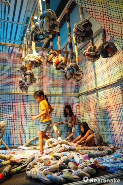 CHAT 六廠內設有不同藝術單位負責的攤檔,可供大家親手摸和體驗,例如這檔布扭骰和扭扭枕,便可讓小朋友玩到樂而忘返。