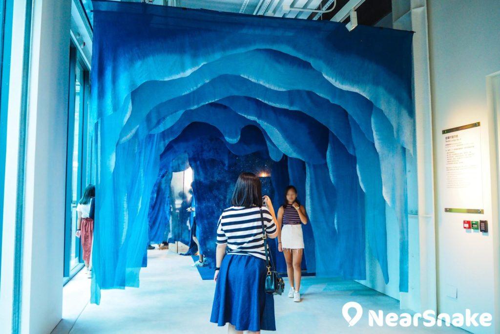 CHAT 六廠的「藍洞穴」以不同深淺的藍色布料打造,是打卡必到熱點之一,想影相都要稍微排隊。