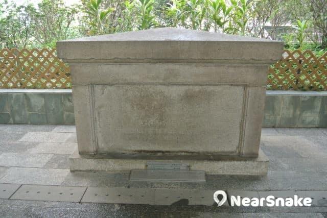 遮打花園保留有一塊基石,是 1890 年時由訪港的干諾公爵豎立,紀念當時中環填海工程動工儀式。