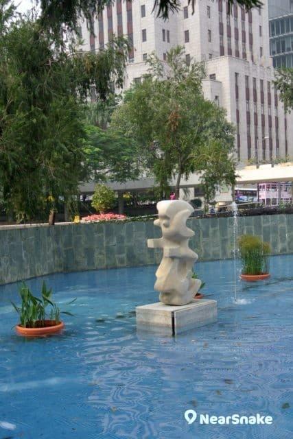 遮打花園其中一個水池豎立了名為「春燕」的藝術雕塑。
