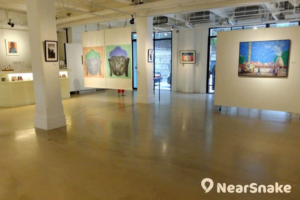 以白色為主的陳麗玲畫廊,空間廣闊,誰想到以前只是車庫。