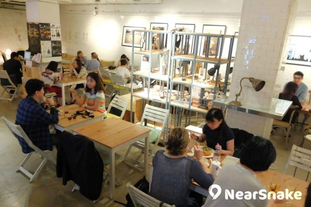 藝穗會cafe 冰窖內部的白色瓷磚牆壁同獲保持原貎。每逢午飯時,冰窖內便聚滿中環上班族。