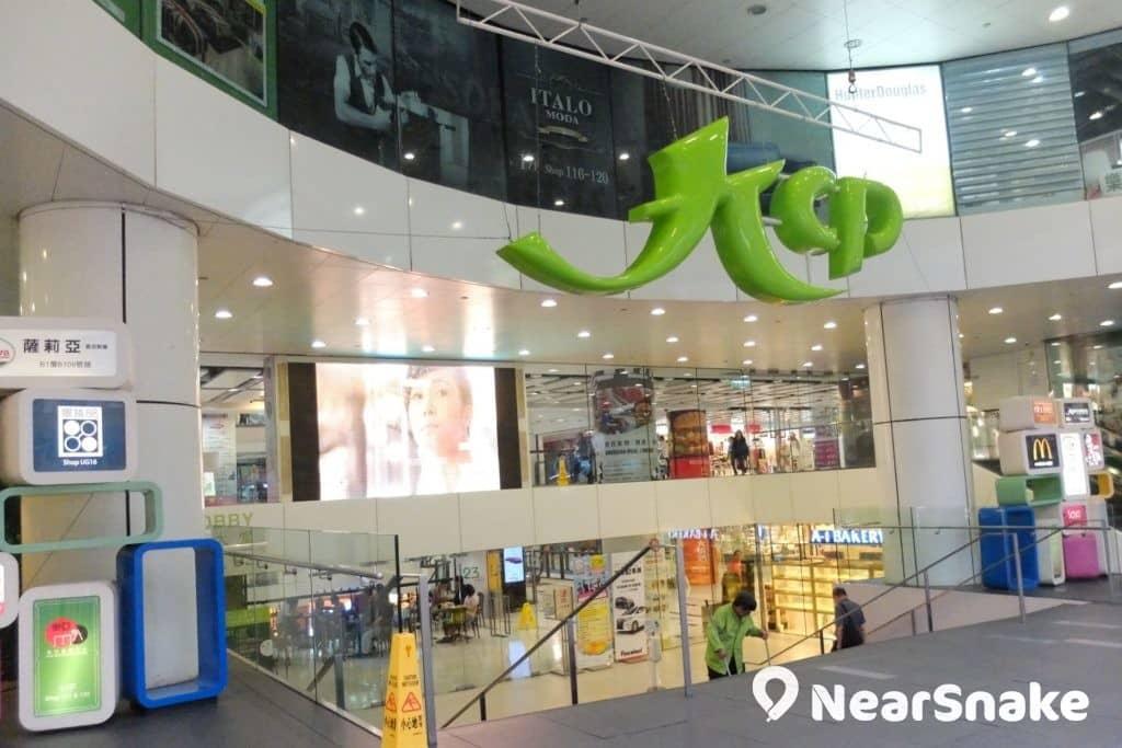 九龍城廣場的正門出入口懸掛著巨型的「KCP」字樣,相當搶眼。