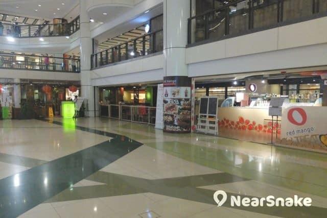 九龍城廣場食肆圍繞著商場中庭而設,多數採用半開放式設計。