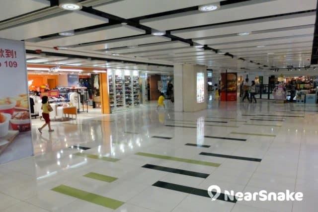 九龍城廣場 1 樓的空間也很寬廣,即使小朋友奔跑也沒問題。