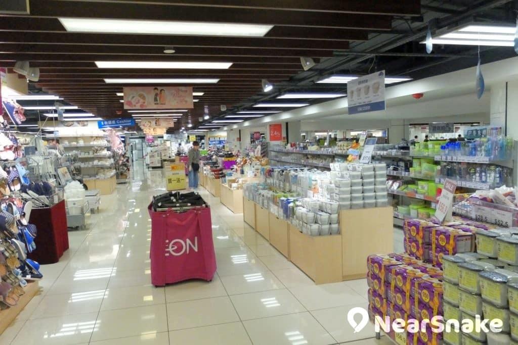 九龍城廣場 2 樓及 3 樓兩層全被 AEON 租下,讓九龍城廣場成為區內的購物熱點。