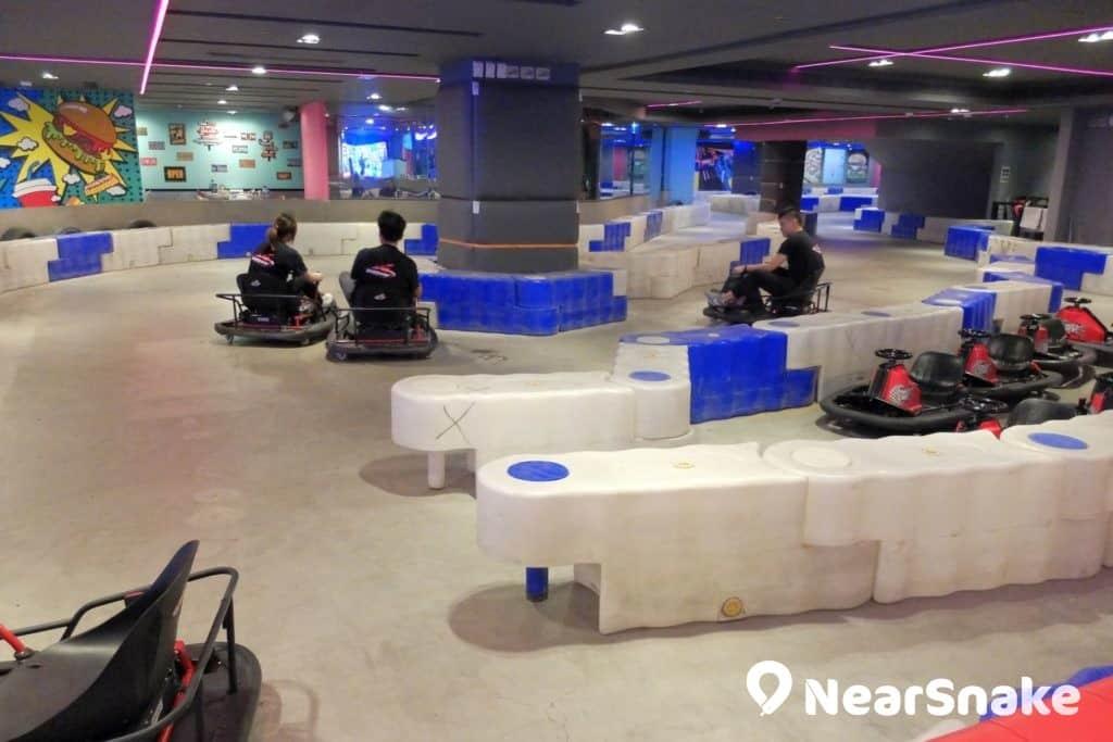 九龍城廣場賽車已成區內一大室內景點,小朋友只需身高超過 120 厘米即可入場駕駛賽車。