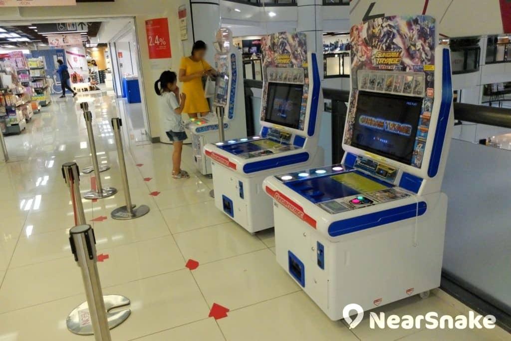 九龍城廣場 AEON 樓層近扶手電梯處,擺放了有多部遊戲機,可供免費任玩。
