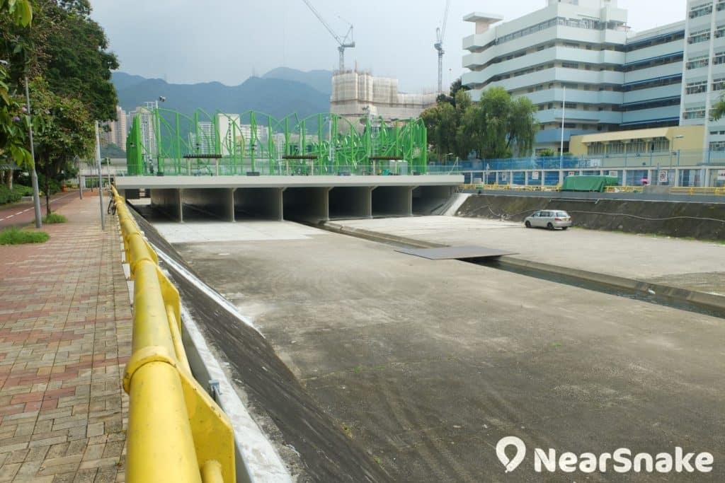 香港政府在文禮閣附近築建一條長約 250 米的人工河堤,並挖掘由香港體育學院至文禮閣的一段城門河河床,以紓緩城門河污染問題。