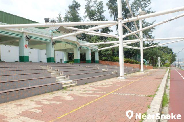 沙田賽馬會游泳池旁設有觀眾席位,可供觀賞城門河上的賽艇賽事。