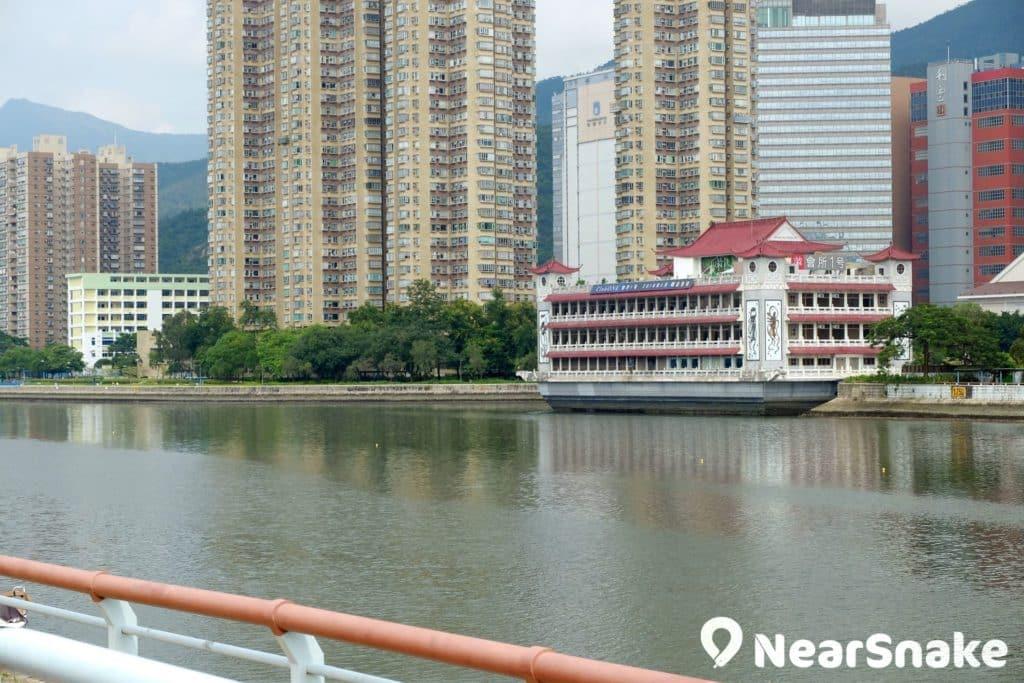 前稱明星海鮮坊的 Club One 水中天,可說是城門河畔的地標之一。