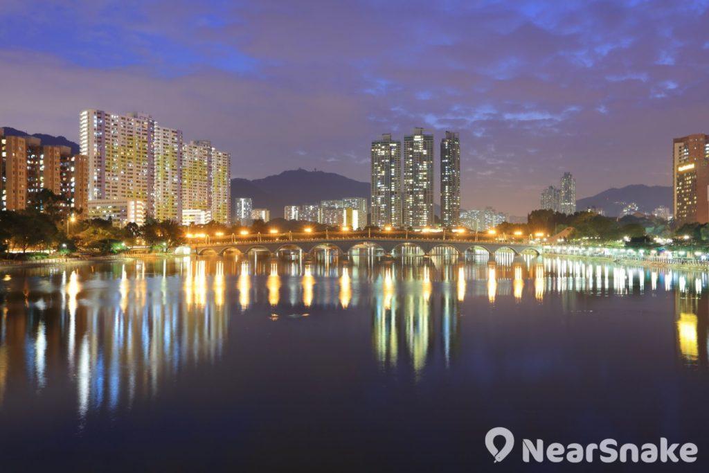 夜幕低垂後,沙田城門河展現另一番美態。