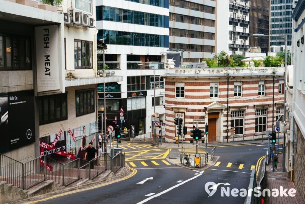 藝穗會會址大樓樓高三層,以磚塊砌成,其紅白間條的外牆設計,令建築在中環街頭顯得份外搶眼。