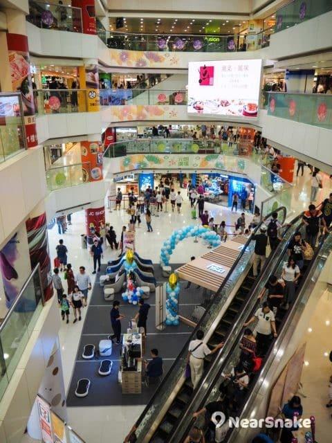 元朗廣場設有逾千平方呎的商場中庭,不時舉行推廣活動或主題展覽。
