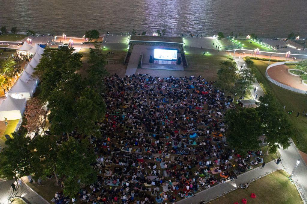 坐落於添馬公園海濱草地的戶外影院,可容納 2,500 名觀眾。