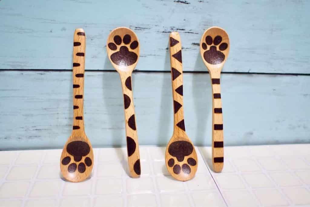 荃新天地 x LOCOLOCO:家作生活・良品市集-「Handworkshop 手作の時間」以人手繪製一系列木餐具。