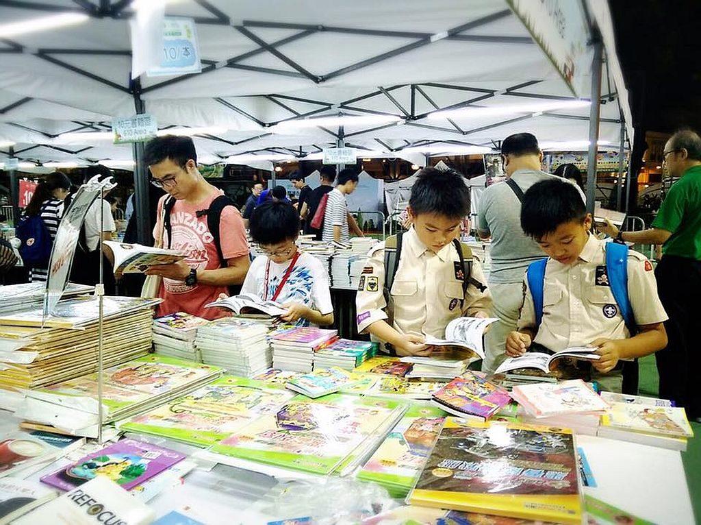 灣仔書展 ─ 閱讀在修頓 2018 共有 32 家出版社合共提供逾 10 萬冊書籍展銷,全部以優惠價出售。