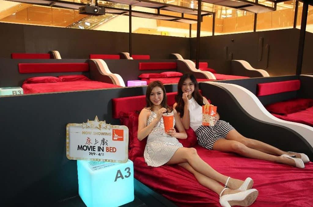 HomeSquare沙田:床上戲Movie in Bed 迷你影院展出 12 張國際級床褥座位,再配上大螢幕及立體聲設備。