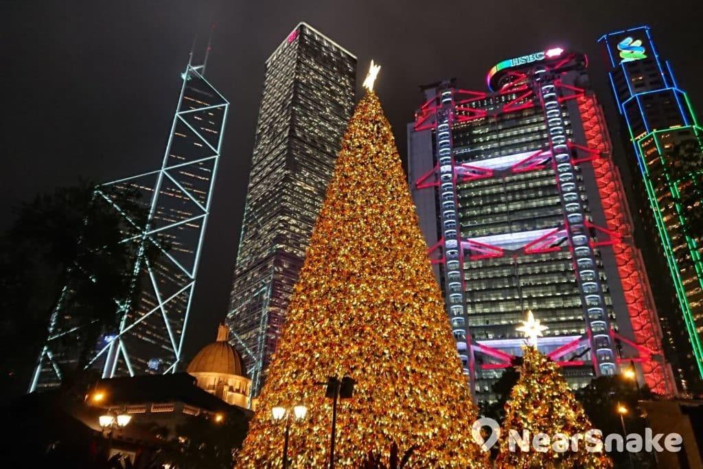 香港繽紛冬日節 2017 期間,中環皇后像廣場矗立了巨型聖誕樹及聖誕裝置,相信繽紛冬日節 2018 也不例外。