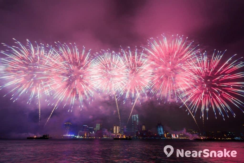 跨年夜的除夕煙花匯演可說是閃躍維港燈影節的重頭戲。