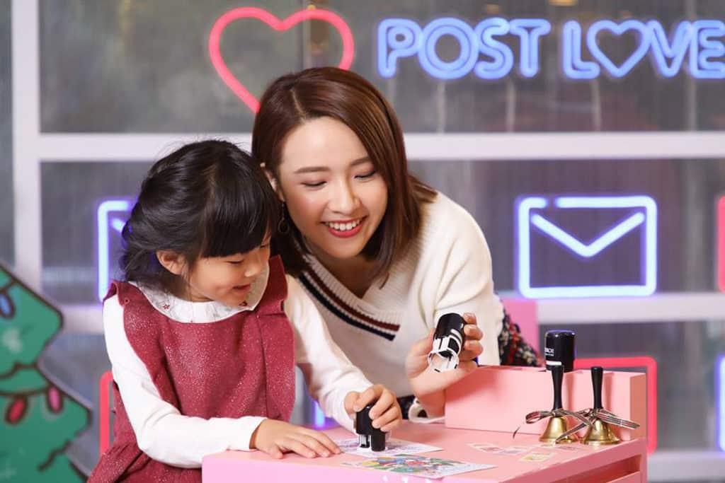 康怡廣場:微笑精靈「喂喂」聖誕傳播快樂因子 可先在名信片蓋上微笑精靈的印章。