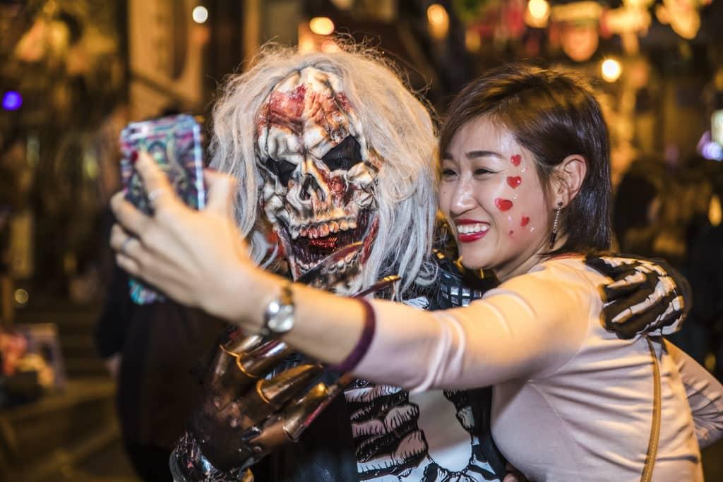 蘭桂坊:Mudita Presents 80's Zombies Halloween Party 蘭桂坊每逢萬聖節街頭都會迫滿扮鬼扮馬的人。