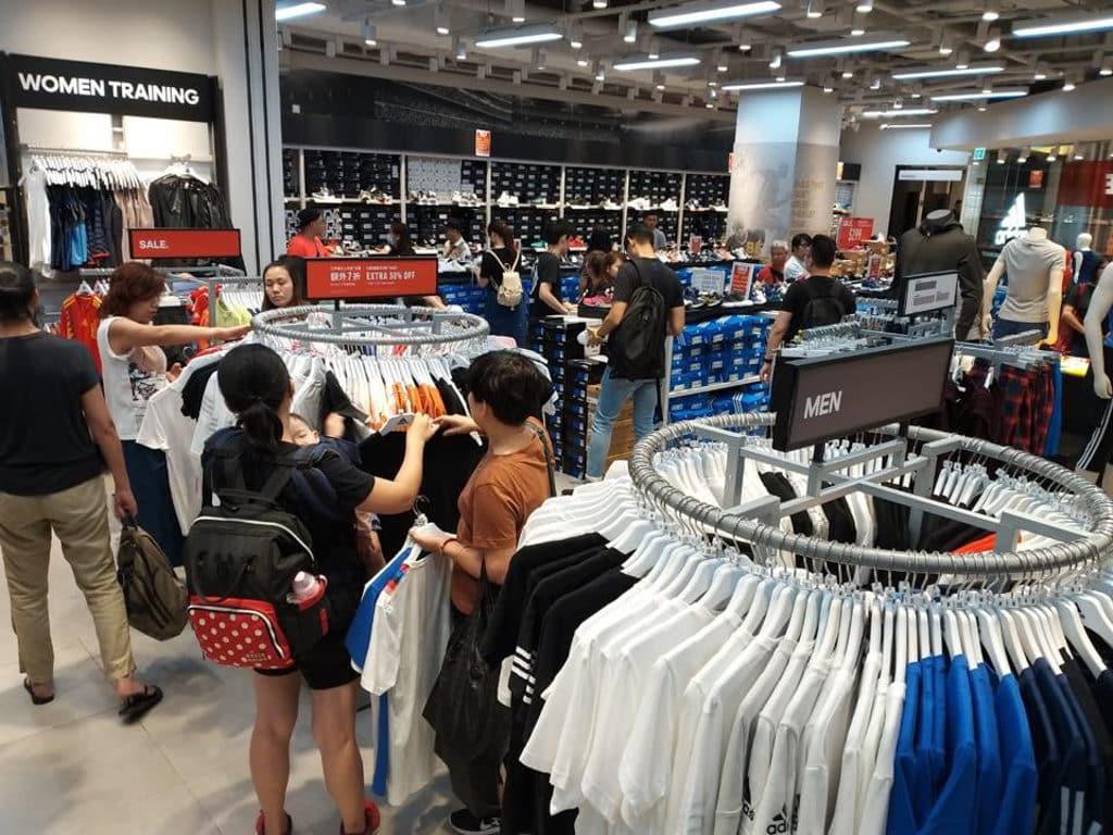 杏花新城:「一人一對經典波鞋」展覽 杏花新城 50 個國際知名運動品牌同時減價。