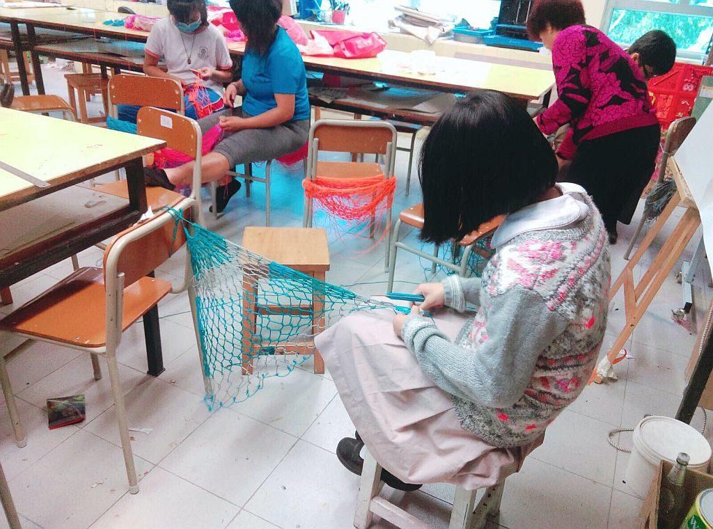 由 YWCA 大澳文化生態綜合資源中心主理的織漁網工作坊,可讓小孩子親自動手自製漁網,親驗昔日漁民生活。