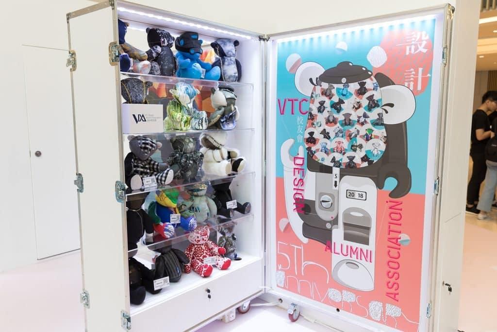 HKDI 與職業訓練局設計校友會合作,聯同 27 位本地設計師或品牌始創人以泰迪熊為題,設計出一個個匠心獨運的作品。