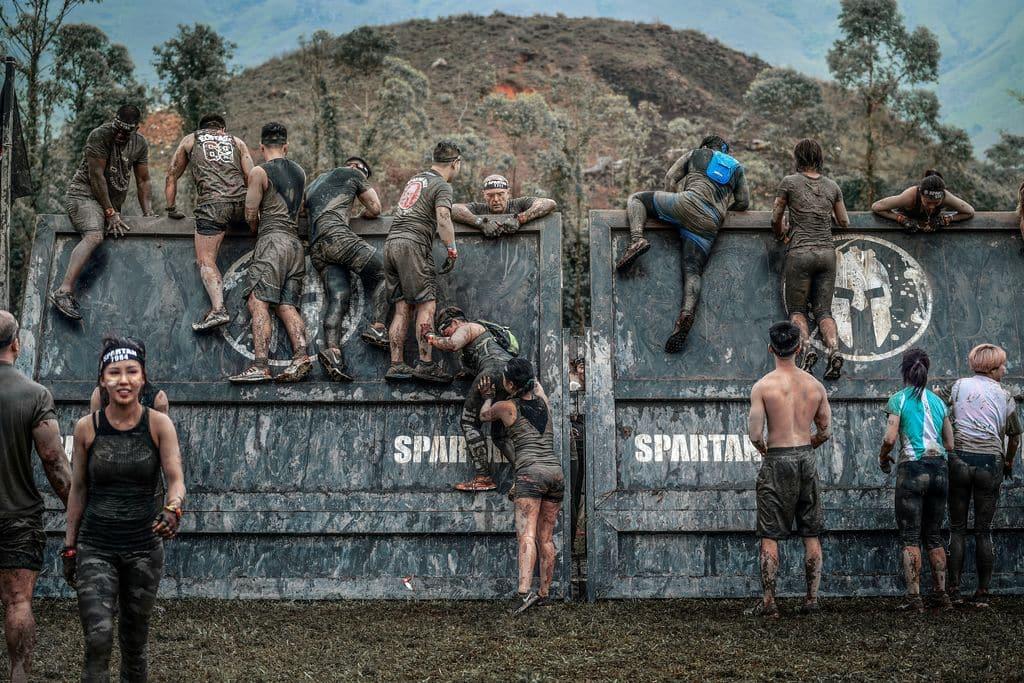 參賽者在由山路/海灘/水道組成的賽道上完成攀越奧林匹斯山、攀爬繩索、搬運50公斤石球、翻過7呎高牆、躍過1米深的泥水坑、40米鐵絲網匍匐前進等20個障礙。