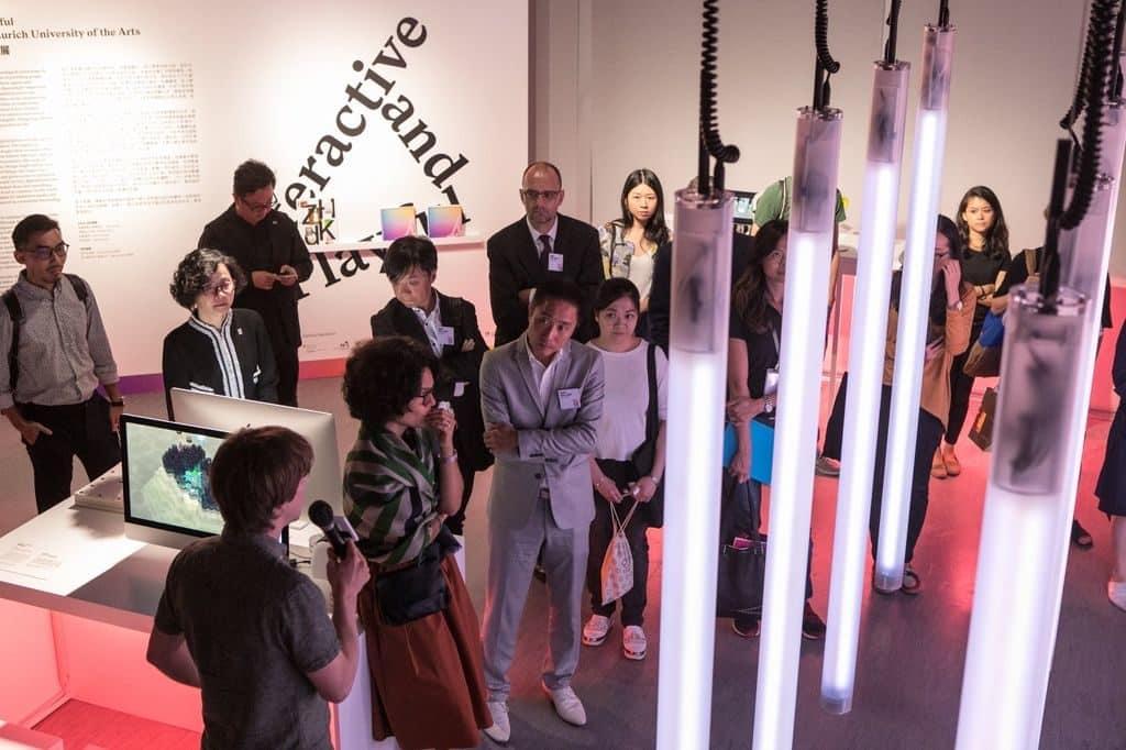 展覽焦點包括互動式動力燈光裝置「動感穿梭」(Through Momentum)、展示世上最大花朵珍貴的盛放時刻的互動裝置作品「泰坦魔芋」(Titan Arum),以及探索過去、現在和未來氣味的感官作品「向前嗅」(Smell Forward)。