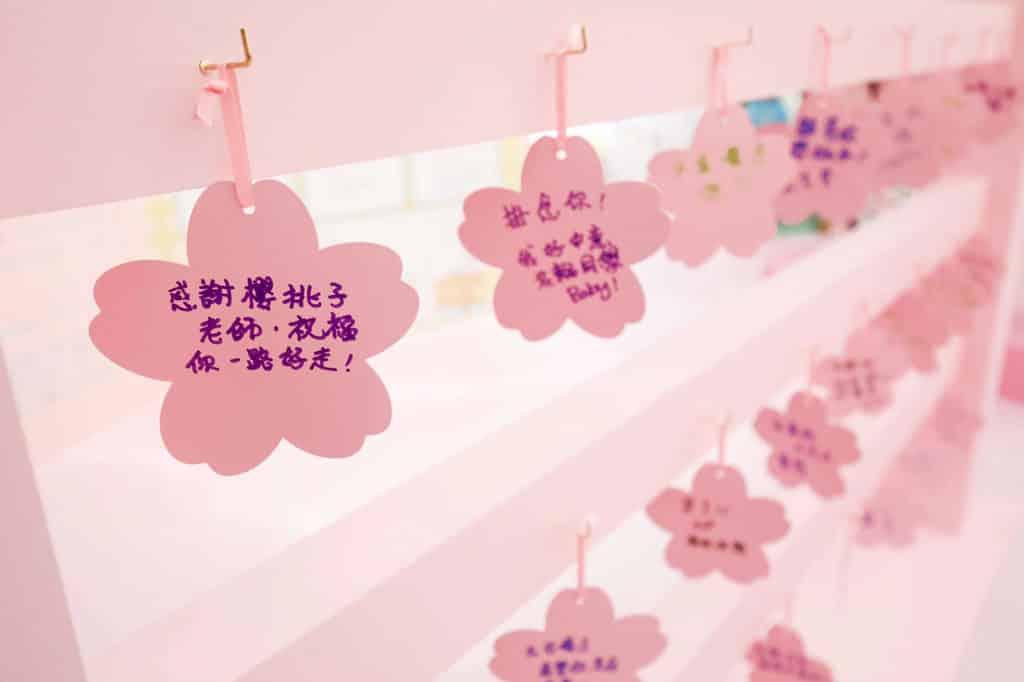 皇室堡:「櫻桃子老師‧感謝您」活動 現場派發櫻花型匾額,讓公眾寫下悼念字句。