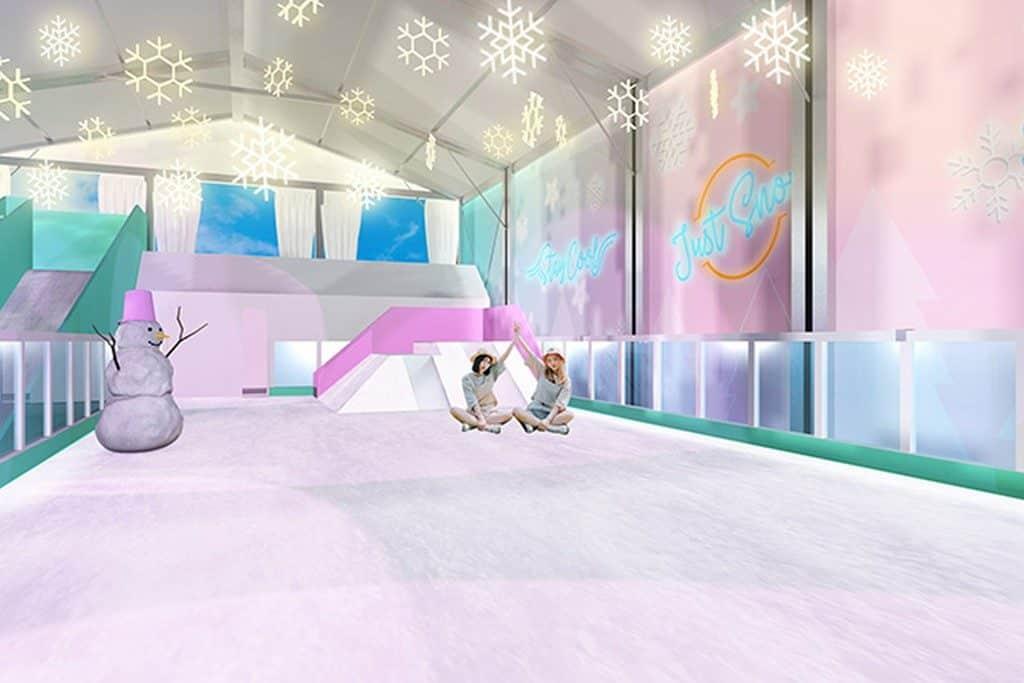 YOHO MALL「冰雪世界」的冰雪樂園內,設有一大片雪地,可讓你坐或躺在雪地上接受雪的擁抱。