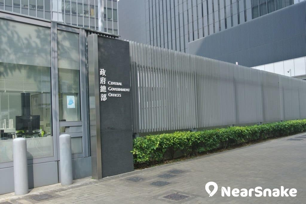 為著保安理由及容易管理,政府特別在公民廣場周邊加設 2 米高圍欄。