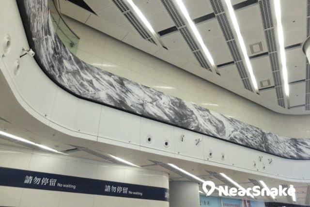西九站出閘口頂部,鑲有一大幅抽象派山水畫。想看清楚可走上一層,便可平視畫像。