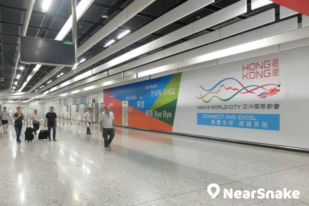 看到西九站內這幅大型海報,便知要離開香港範圍了。